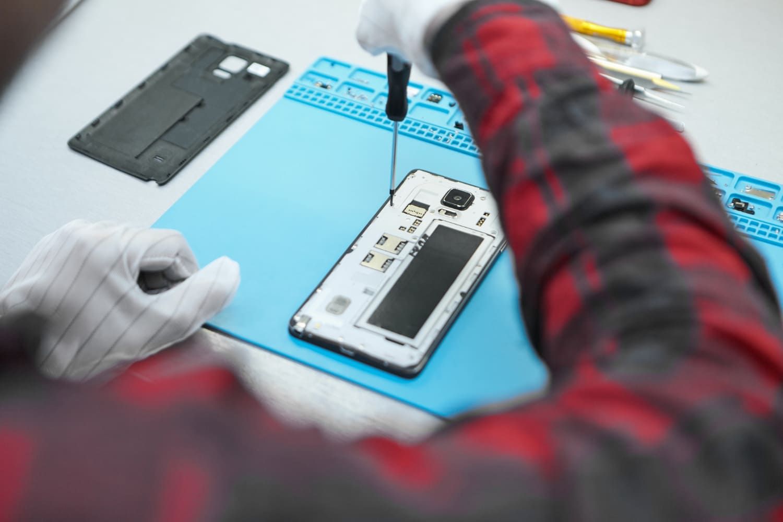 reparación de un móvil mojado